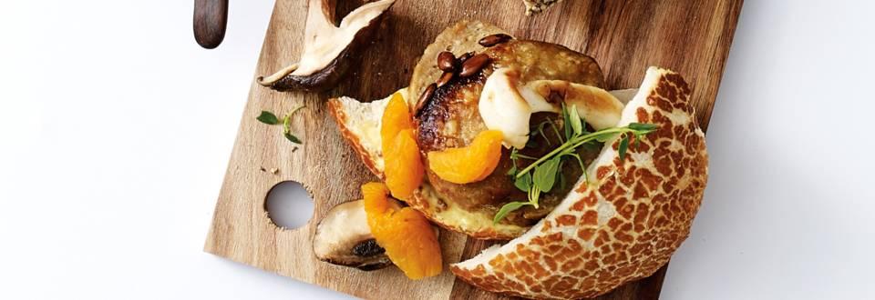 Gebakken gehaktbrood met paddenstoelen en abrikoos
