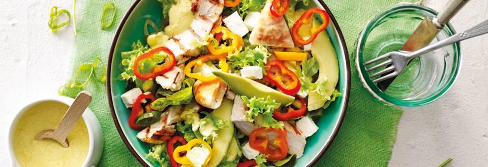Gegrilde kip salade met geroosterde pita broodjes