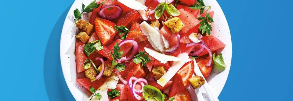 Aardbeiensalade met watermeloen, croutons, en parmezaanse kaas