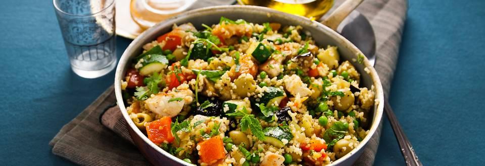 Bulgur pilaf met kip, gemengde groente, olijven en gedroogde vruchten