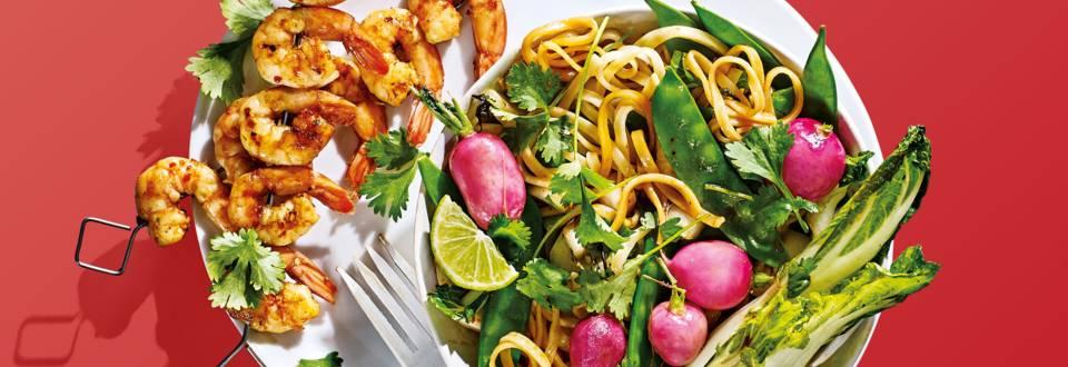 Pittige garnalen van de bbq met oosterse groenten en mie
