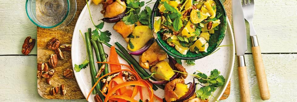 Kippendijspiesen met mango, sinaasappelsalsa en wortelsalade