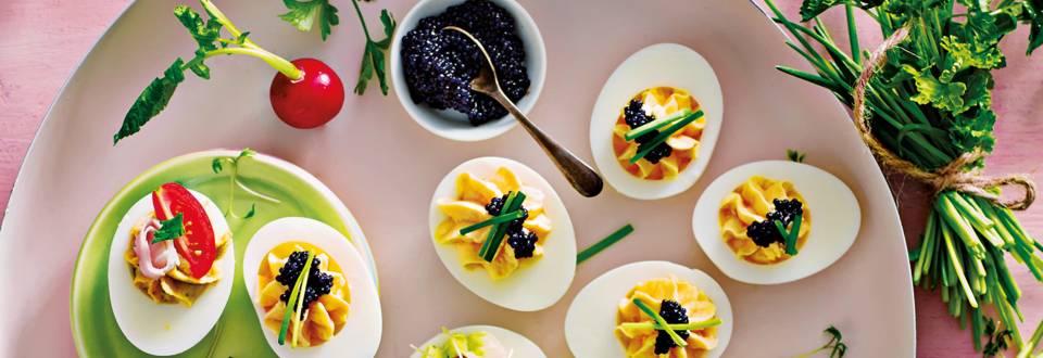 Gevulde eieren met zalm en kaviaar van lompviseitjes