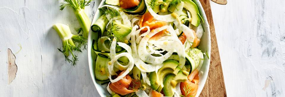Komkommer-venkelsalade met gerookte zalm, dille en avocado
