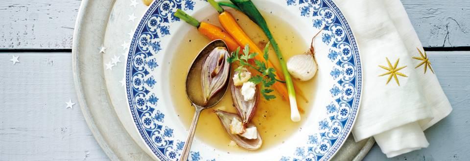 Laagje bouillon met gevulde, gepofte sjalot met feta, broodkruim en geglaceerde mini worteltjes