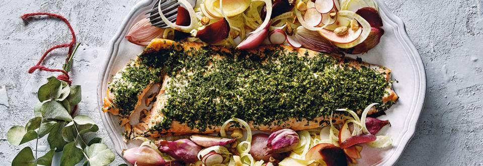 Zalm met kruidenrub, gepofte sjalotten en een venkel-radijssalade