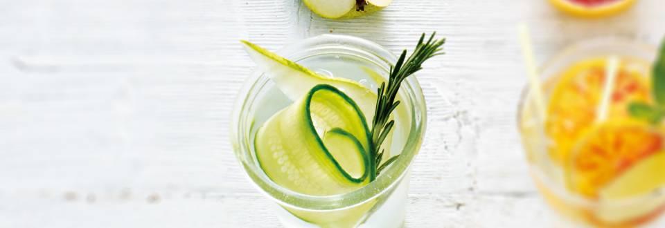 Fruitwater van komkommer, peer en rozemarijn