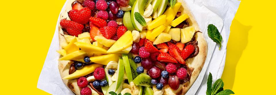 Zoete regenboogpizza met fruit