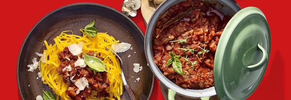 Vegetarische spaghetti van pompoen met paddenstoelenstoof, Parmezaanse kaas en basilicum