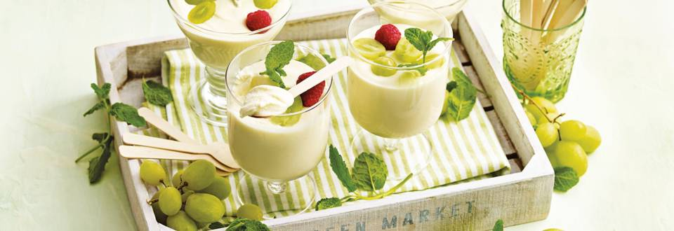 Witte chocolademousse versierd met vers fruit