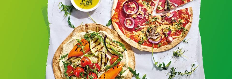 Tortizza van de BBQ met salami, kaas, champignons, tomaat en ui