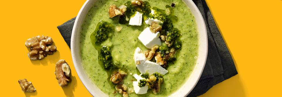 Courgette-broccolisoep met geitenkaas en walnoten