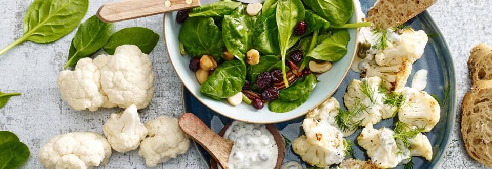 Geroosterde bloemkoolroosjes met yoghurtdille-saus en spinaziesalade