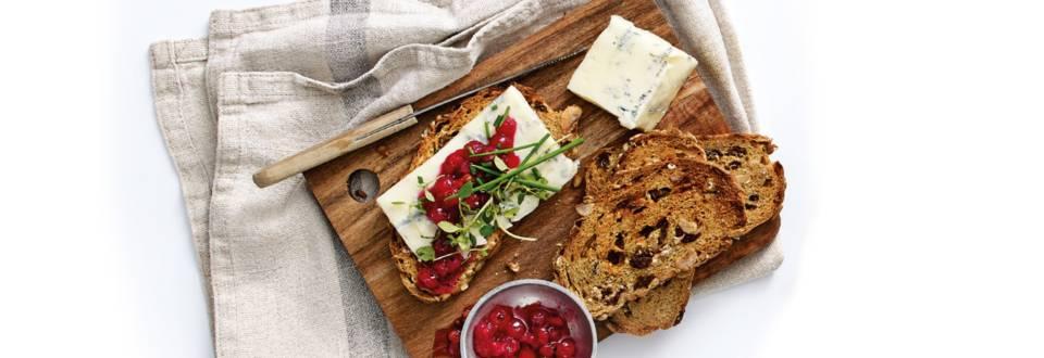 Crostini's van speltbrood met blauwe kaas en rode wilde bessen