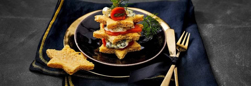 Broodtaartje van Sockeye zalm met luxe mayonaise, eiersalade en kerststerren van avocado