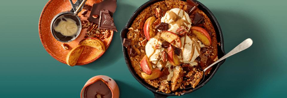 Chocoladekoek met pecan, bollen ijs en gekarameliseerde appeltjes