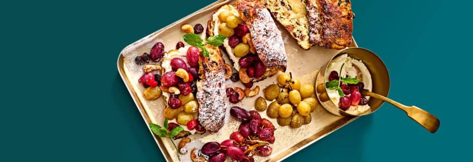 Mini stolletje met roomkaas, geroosterde druiven, cranberries en notenmix