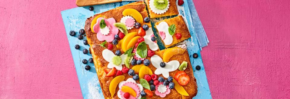 Perzik-yoghurt plaatcake met fondantbloemen en vers fruit