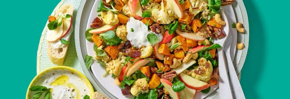 Geroosterde bloemkool-pompoensalade met notendressing en stokbrood met feta-yoghurtdip