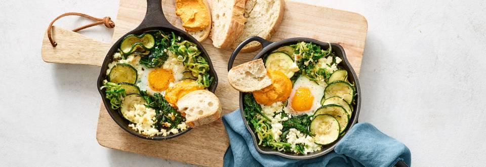 Groene shakshuka met vers brood en houmous
