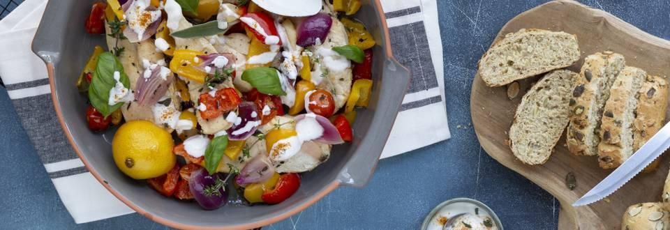 Kip, paprika en ui uit de oven  met yoghurtdressing