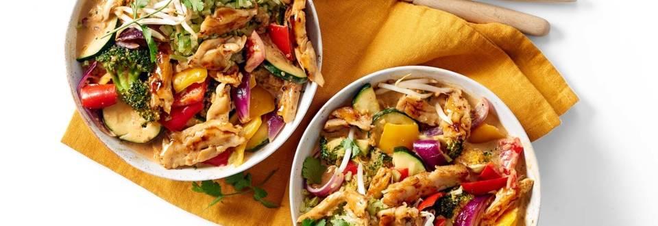 Rode curry met kipstukjes, knapperige groenten en broccolirijst