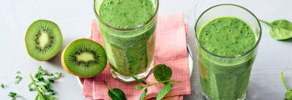 Groene supersmoothie met kiwi, boerenkool, spinazie, banaan en limoen