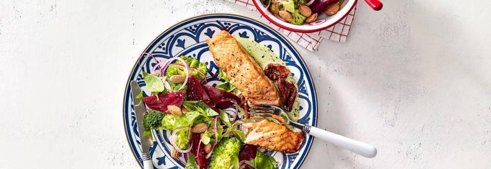 Zalmfilet uit de oven met broccolisalade en amandelen