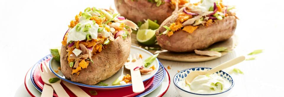 Zoete aardappel met pulled chicken en limoen-yoghurtdressing