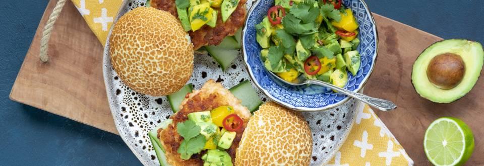 Pittige zalm- en gambaburger met avocado-mangosalsa