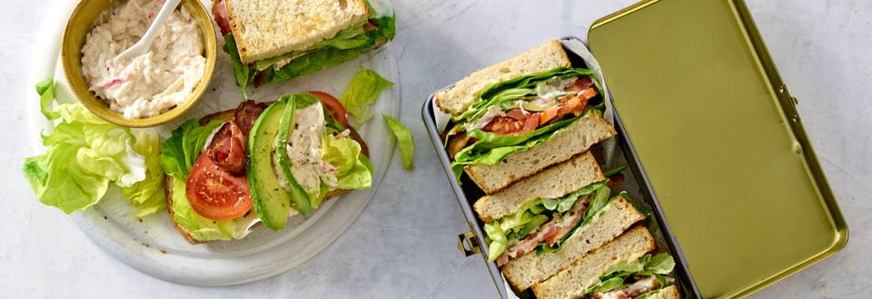 Sandwiches met bacon, krabsalade en avocado