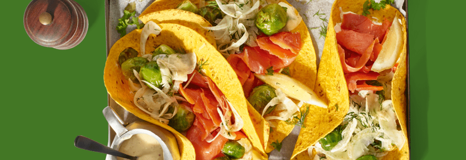 Groentewraps gevuld met Sockeye zalm, geroosterde spruitjes, venkel en dille