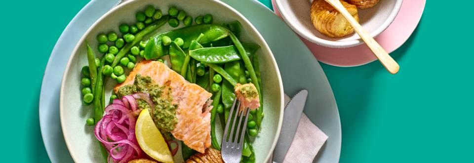 Ovenzalm met bonensalade, salsa verde en aardappeltjes