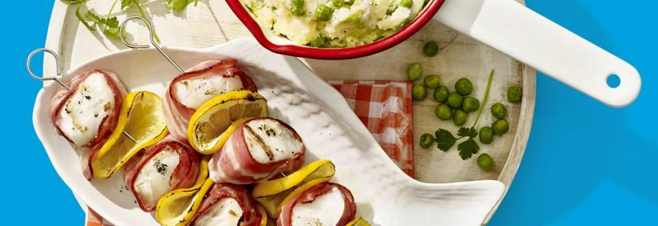 Spiesjes met kabeljauwfilet, ontbijtspek en doperwten-aardappelstamppot