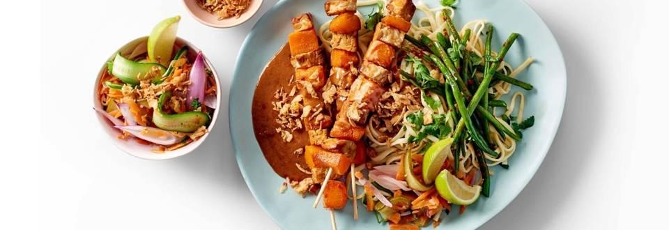 Vegetarische saté van pompoen en tempeh met noodles, Aziatische haricots verts en zoetzure salade