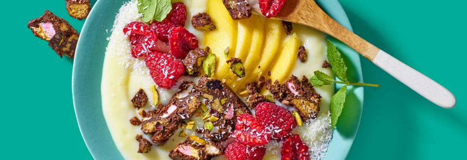 Witte chocolade kokosvla met mango, frambozen en Rocky Road crumble