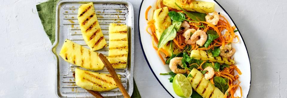 Spinazie-wortelsalade met gegrilde ananas, garnalen en limoen-pindadressing