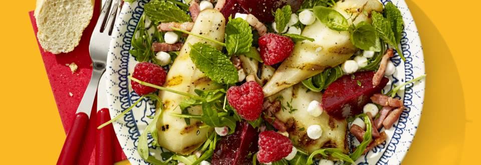 Salade met gegrilde peer, geitenkaasbolletjes, bieten en framboos