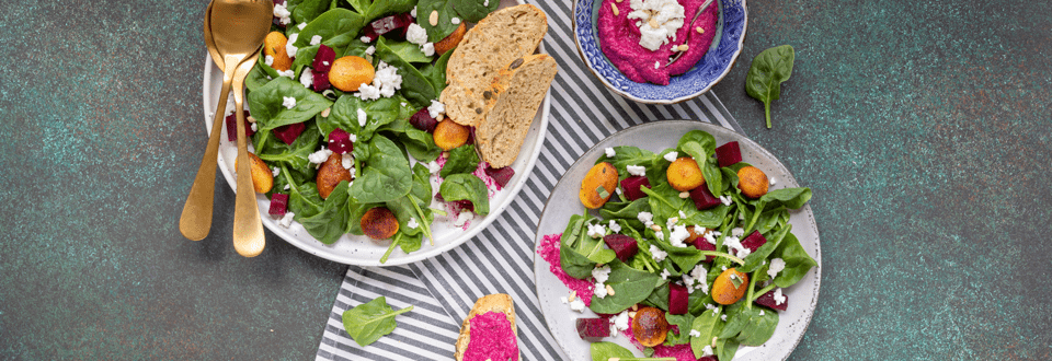 Rode bietensalade met krieltjes en spinazie