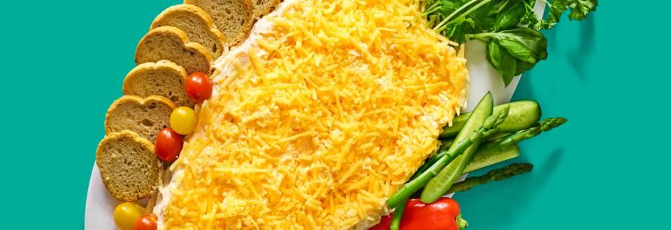 Roomkaas in wortelvorm met groentedippers en toastjes
