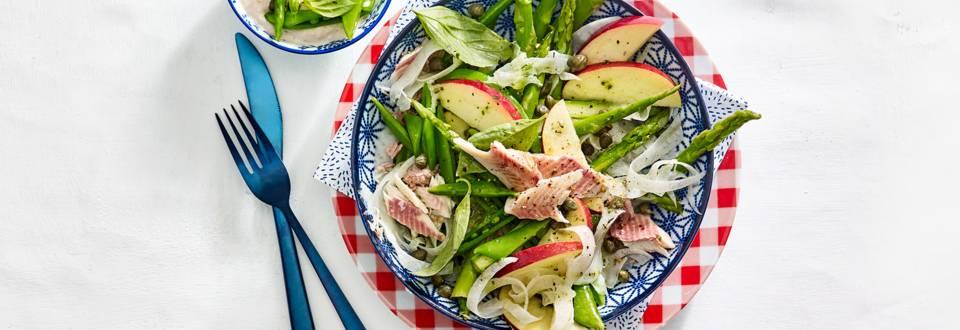 Salade met forel, groene asperges, venkel, peultjes en tonijnmayonaise