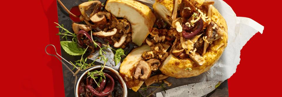 Gevulde knolselderij met oude kaas, noten, paddenstoelen en uienjus