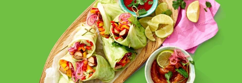Koolwraps gevuld met kip chipolata, kleurrijke groenten en mango