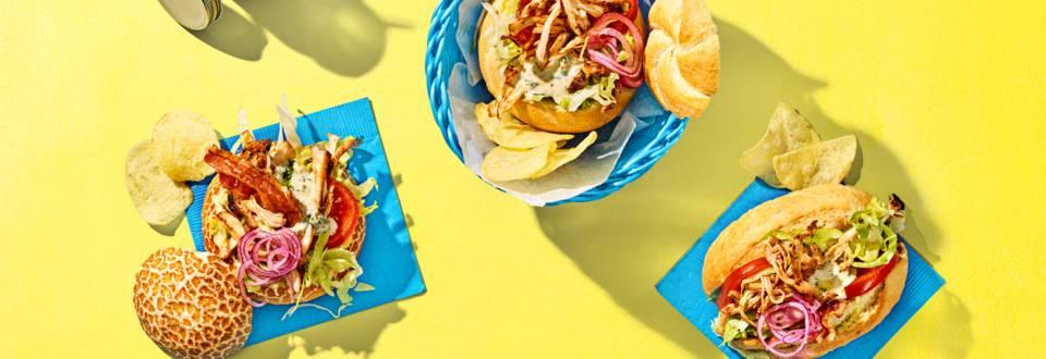 Pulled chicken sandwiches met zelfgemaakte BBQ-saus en crispy ontbijtspek