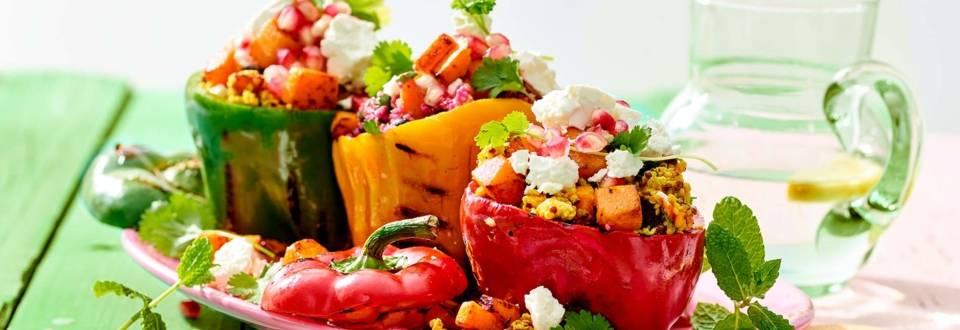 Gevulde paprika's met bulgur, gepofte pompoen, feta, rode biet, dadels en granaatappelpitten