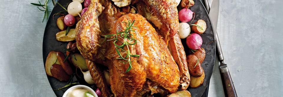 Gevulde kalkoen met pastinaak en macadamianoten, witte wijnsaus en roseval krieltjes