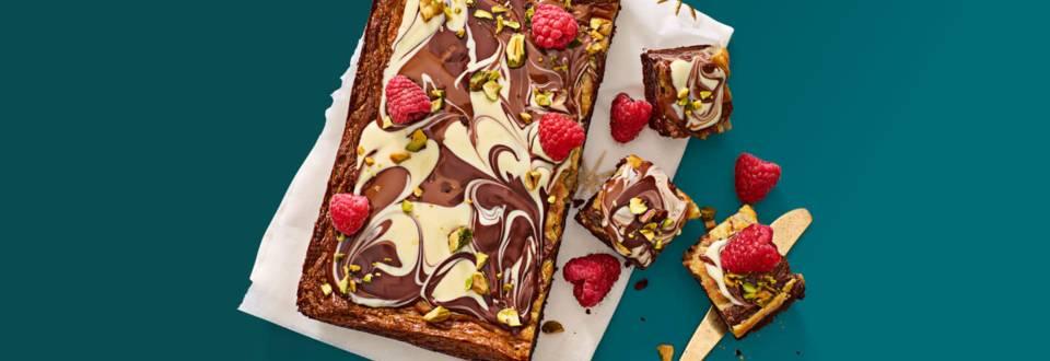 Marmercake met drie kleuren chocolade, frambozen en pistachenoten