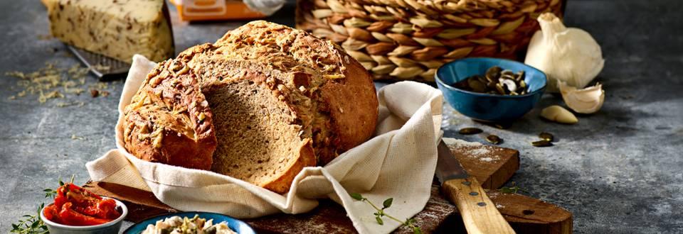 Ambachtelijk brood met kaas, zongedroogde tomaten en kruiden