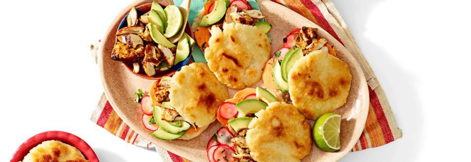 Huisgemaakte arepa's gevuld met aardappelceviche en Zuid Amerikaanse kipstukjes