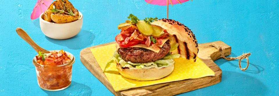 Cheeseburger met zelfgemaakte smokey bacon jam, ijsbergsla, augurk en aardappeltjes